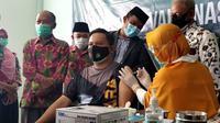 Kapolres Tarakan AKBP Fillol Praja Arthadira menerima suntik vaksin Covid-19. (Foto: Siti Hardiani)