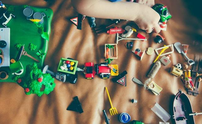 Mainan anak yang sedikit akan melatih fokus anak.//copyright Pexels.com/Markus Spiske freeforcommercialuse.net