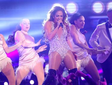 Jennifer Lopez Tampil Energik di Panggung Grammy Awards 2019