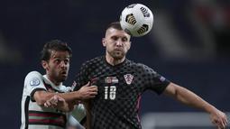 Pemain Portugal, Bernardo Silva, berebut bola dengan pemain Kroasia, Ante Rebic, pada laga UEFA Nations League di Stadion Dragao, Minggu (6/9/2020). Portugal menang dengan skor 4-1. (AP/Miguel Angelo Pereira)