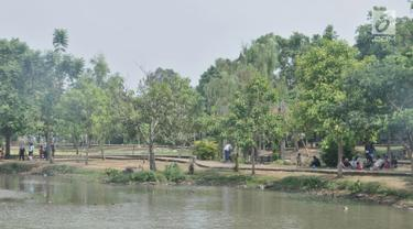 Warga saat bersantai di Taman Cempaka, Cipayung, Jakarta Timur, Minggu (7/7/2019). Taman yang memiliki luas sekitar 64 hektare tersebut menjadi destinasi favorit warga untuk menghabiskan akhir pekan bersama keluarga karena tidak dipungut biaya alias gratis. (merdeka.com/Iqbal S Nugroho)