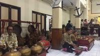 Para pemain gamelan mengiringi lagu daerah kala kunjungan tur Wisata Bhineka di GKJ Tanjung Priok. (dok. Liputan6.com/Esther Novita Inochi)