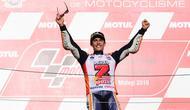 Pembalap Repsol Honda, Marc Marquez berselebrasi di atas podium setelah memenangi balapan MotoGP Jepang 2018 di Twin Ring Motegi, Minggu (21/10). Kemenangan Marquez di Jepang sekaligus membuatnya menjadi juara dunia MotoGP 2018. (Martin BUREAU / AFP)