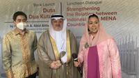 Duta Besar Arab Saudi untuk Indonesia, Esam A. Abid Althagafi (tengah), Yenny Wahid (kanan) dan Presdir Indika Energy Arsjad Rasjid (kiri) dalam acara peluncuran buku berjudul 'Duta antara Dua Kutub' di Plataran Hutan Kota, Kamis (8/4/2021).