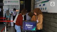 Petugas melayani peserta di Kantor BPJS Kesehatan, Jakarta, Selasa (10/3/2020). Mahkamah Agung (MA) membatalkan kenaikan iuran BPJS Kesehatan per 1 Januari 2020. (Liputan6.com/Angga Yuniar)