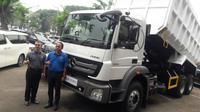 Director of Network, Product and Retail Trucks Indonesia Maximilian Knorr berpose bersama salah satu konsumen loyal truk Mercedes-Benz. (Herdi Muhardi)