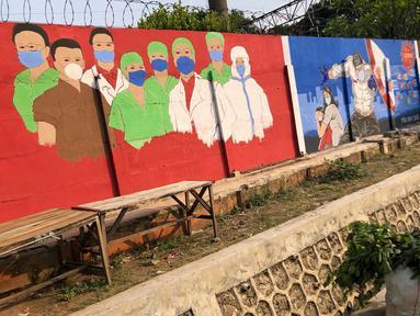 Deretan mural bertema covid-19 di kawasan Bukit Duri, Jakarta, Minggu (30/8/2020). Mural yang dibuat oleh petugas PPSU tersebut bertujuan untuk mengingatkan masyarakat akan bahaya covid-19, sehubungan dengan masih tingginya jumlah kasus positif covid-19 di Jakarta. (Liputan6.com/Immanuel Antonius)