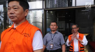 Dua tersangka Kepala KPP Pratama Ambon La Masikamba (belakang) dan pemilik CV AT, Anthony Liando memakai rompi tahanan usai menjani pemeriksaan perdana pasca ditahan di gedung KPK, Jakarta, Rabu (31/10). (Merdeka.com/Dwi Narwoko)