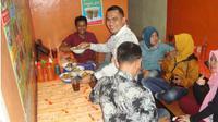 Malik Al Fattaah, penjual bakso di Jalan Raya Setu Serang, Cileungsi, Bogor, Jawa Barat. (Liputan6.com/Achmad Sudarno)