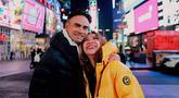 Penyanyi Bunga Citra Lestari bersama suaminya Ashraf Sinclair berpose saat menikmati liburan di New York Central Park. Suami Bunga Citra Lestari, Ashraf Sinclair, meninggal dunia di usia 40 tahun diduga akibat serangan jantung pada Selasa 18 Februari 2020 pukul 3.40 pagi. (Instagram/@bclsinclair)