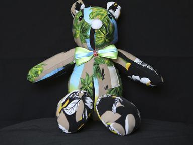 Boneka beruang terbuat dari potongan pakaian yang dikenakan korban COVID-19, duduk di bengkel penjahit Irma de la Parra, di Mexico City, 24 April 2021. De la Parra biasa membuat baju guru, tetapi penutupan sekolah selama pandemi membuatnya kehilangan pekerjaan. (AP Photo/Ginnette Riquelme)