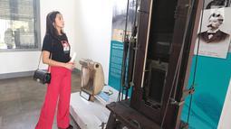 Caleg artis dari PDIP Kirana Larasati  melihat koleksi Museum Kebangkitan Nasional, Jakarta, Selasa (25/9).(Liputan6.com/ Faizal Fanani)