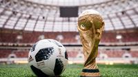 Kiper timnas Spanyol, David De Gea dan Pepe Reina mengeluhkan kualitas dari Adidas Telstar 18 yang akan digunakan di Piala Dunia Rusia 2018. (AFP/Arsen Galstyan)