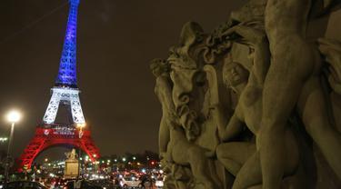 20151116-Pasca Ditutup, Menara Eiffel Disinari Warna Bendera Prancis