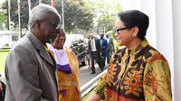 Menteri Luar Negeri Kedua Uganda Kirunda Kivejinja dan Menteri Luar Negeri RI Retno Marsudi melaksanakan pertemuan bilateral di Jakarta (24/7/2018) (sumber: Kementerian Luar Negeri RI)