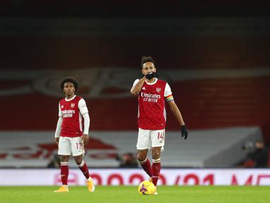 Pemain Arsenal Pierre-Emerick Aubameyang (tengah) bereaksi setelah dia mencetak gol bunuh diri saat melawan Burnley pada pertandingan Liga Premier Inggris di Stadion Emirates, London, Inggris, Minggu (13/12/2020). Arsenal kalah 0-1. (Catherine Ivill/Pool via AP)