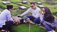 Raffi Ahmad, Ayu Dewi, dan Denny Cagur sambangi makam Olga Syahputra. (Instagram)