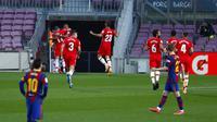 Para pemain Granada merayakan gol yang dicetak Darwin Machis ke gawang Barcelona pada pertandingan La Liga di Stadion Camp Nou, Barcelona, Spanyol, Kamis (29/4/2021). Barcelona kalah 1-2. (AP Photo/Joan Monfort)