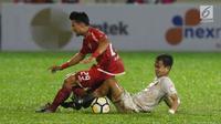 Gelandang Persija, Sandi Sute (kiri) berebut bola dengan pemain Persebaya pada lanjutan Go-Jek Liga 1 Indonesia 2018 bersama Bukalapak di Lapangan PTIK, Jakarta, Selasa (26/6). (Liputan6.com/Helmi Fithriansyah)