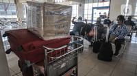 Calom penumpang bus AKAP saat menunggu jadwal keberangkatan di Terminal Pulogebang, Senin (10/5/2021). Petugas Terminal Pulogebang mencatat hingga sore ini terdapat 16 penumpang dan 4 bus AKAP yang berangkat dengan tujuan kota-kota di Jawa Tengah, Timur dan Madura. (merdeka.com/Iqbal S Nugroho)