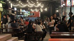 Pengunjung menikmati makanan di Food Street di Pulau D reklamasi atau Pantai Maju, Jakarta, Selasa (29/1). Food Street yang buka akhir tahun 2018 ini cukup diminati lantaran setiap malam ramai oleh masyarakat yang berkunjung (Merdeka.com/Iqbal S. Nugroho)