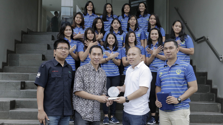 Pebasket Merpati Bali saat berkunjung ke kantor Bola.com di Gondangdia, Jakarta, Jumat (16/3/2018). (Bola.com/M Iqbal Ichsan)