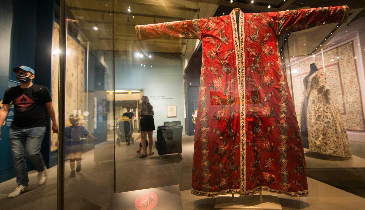 Orang-orang yang mengenakan masker mengunjungi Royal Ontario Museum (ROM) di Toronto, Kanada, pada 11 Juli 2020. Setelah ditutup sementara selama empat bulan, Royal Ontario Museum dibuka kembali untuk umum mulai Sabtu (11/7), dengan para pengunjung diwajibkan memakai masker. (Xinhua/Zou Zheng)
