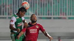 Duel pemain Semen Padang, Marcel Sacramento  (kanan) dengan pemain PS TNI pada lanjutan Torabika SC 2016 di Stadion Pakansari, Bogor, Minggu (23/10/2016). (Bola.com/Nicklas Hanoatubun)