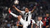 Bintang Juventus, Cristiano Ronaldo, berusaha meraih bola saat melawan Genoa pada laga Serie A Italia di Stadion Allianz, Turin, Sabtu (20/10). Kedua klub bermain imbang 1-1. (AFP/Marco Bertorello)