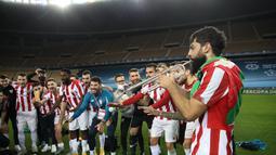 Para pemain Athletic Bilbao berselebrasi saat merayakan kemenangan trofi Piala Super Spanyol usai mengalahkan Barcelona di stadion La Cartuja di Seville, Senin (18/1/2021).  Ini menjadi trofi ketiga Bilbao di ajang Piala Super Spanyol. (AFP/RFEF/Pablo Garcia)
