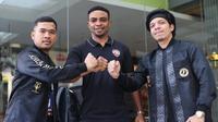 Striker baru PSG Pati, Osas Saha (tengah) bersama dengan chairman klub, Atta Halilintar. (Dok PSG Pati)