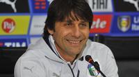 Antonio Conte dikabarkan semakin dekat untuk menjadi pelatih Chelsea. (EPA/Jason Powell)