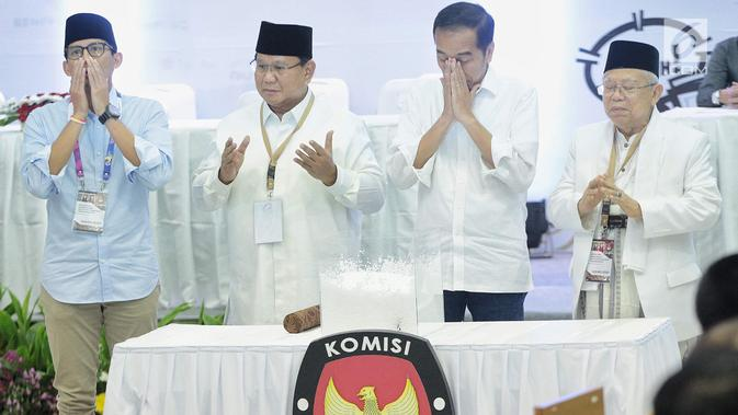 Dua pasang capres-cawapres Prabowo Subianto-Sandiaga Uno dan Joko Widodo-Ma'ruf Amin sebelum pengundian nomor urut peserta Pemilu 2019 di Kantor KPU, Jakarta, Jumat (21/9).  (Liputan6.com/Faizal Fanani)