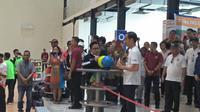 Presiden Joko Widodo bersama Ketua PKB Muhammad Iskandar atau Cak Imin bermain boling di venue boling JSC Palembang (Dok. Dinda Palembang untuk Nefri Inge / Liputan6.com)