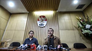 Kabag Informasi dan Pemberitaan KPK Priharsa Nugraha (kanan) memberikan keterangan pers di Gedung KPK, Jakarta, Sabtu (13/2). Sebelumnya, 6 orang terjaring OTT terkait permintaan penundaan pengiriman salinan putusan kasasi. (Liputan6.com/Faizal Fanani)
