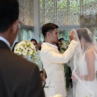 Proses pemberkatan Chicco dan Putri berlangsung intim. Terlihat beberapa keluarga teman dekat menjadi saksi pernikahan yang digelar di Sofitel Bali Nusa Dua. (Foto: Jozz Felix Photography/#MrandMrsJerikho)