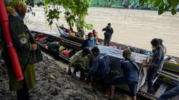 Foto yang diambil pada 20 Juni 2020 memperlihatkan petugas Balai Konservasi Sumber Daya Alam (BKSDA) Aceh memindahkan kerangkeng berisi Harimau Sumatra liar sebelum proses pelepasliaran di kawasan Taman Nasional Gunung Leuser (TNGL), Aceh. (CHAIDEER MAHYUDDIN / AFP)