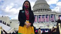 Deb Haaland menambahkan sentuhan busana khas suku Indian saat menghadiri pelantikan Presiden Joe Biden di Washington, Amerika Serikat, 20 Januari 2021. (dok. tim Deb Haaland/Vogue US)