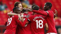 Pemain Manchester United merayakan gol yang dicetak Anthony Martial ke gawang Southampton pada laga lanjutan Premier League pekan ke-35 di Stadion Old Trafford, Selasa (14/7/2020) dini hari WIB. Manchester United bermain imbang 2-2 atas Southampton. (AFP/Clive Brunskill/pool)