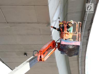 Pekerja mengecat dinding Flyover Pancoran di Jakarta, Sabtu (24/2). Pengecatan dilakukan untuk mempercantik flyover serta menghindari kesan kumuh. (Liputan6.com/Immanuel Antonius)