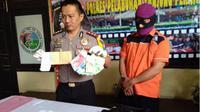 AKBP Ronny Suseno Kapolres Pelabuhan Tanjung Perak saat menunjukkan barang bukti dan tersangka pungli. (Suarasurabaya.net/Abidin)