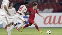 Gelandang Indonesia, Egy Maulana Vikri, berusaha melewati pemain Uni Emirat Arab (UEA) pada laga AFC di SUGBK, Jakarta, Rabu (24/10/2018). Indonesia menang 1-0 atas UEA. (Bola.com/M Iqbal Ichsan)