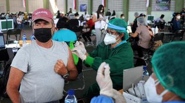 FOTO: WNA Ikut Jalani Vaksinasi COVID-19 Massal di Bali