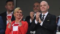 Presiden Kroasia, Kolinda Grabar-Kitarovic dan  Presiden FIFA, Gianni Infantino menyaksikan perempat final Piala Dunia 2018 di Fisht Stadium, Sabtu (7/7). Kolinda terlihat memakai jersey kebanggaan Kroasia berwarna merah putih, (AFP/Kirill KUDRYAVTSEV)