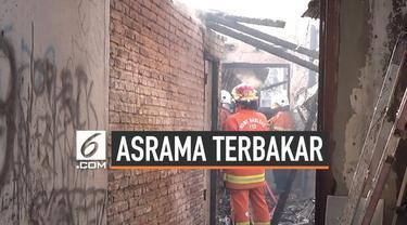 Kebakaran melanda asrama polisi Polsek Tandes Surabaya Jawa Timur. Belasan mobil pemadam kebakaran dikerahkan untuk memadamkan kobaran api.