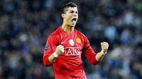 Cristiano Ronaldo - CR 7 membuat keputusan sensasional pada musim panas ini. Dia meninggalkan Juventus dan kembali ke Manchester United. MU bukan klub asing buat Ronaldo, bintang asal Portugal itu pernah memperkuat MU pada periode 2003-2009. (Foto: AP/Paulo Duarte)