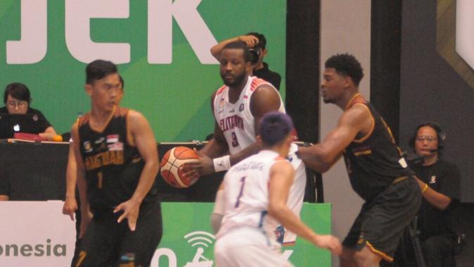 Pemain Pelita Jaya, Kore White dijaga ketat oleh para pemain Hang Tuah, pada laga IBL 2018-2019 di GOR Sritex Arena, Solo, Kamis (10/1/2019).  (Bola.com/Vincentius Atmaja)