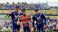 Valentino Rossi, Marc Marquez, dan Maverick Vinales berfoto bersama setelah balapan MotoGP Jerman, di Sirkuit Sachsenring, Minggu (15/7/2018). (Twitter/MotoGP)