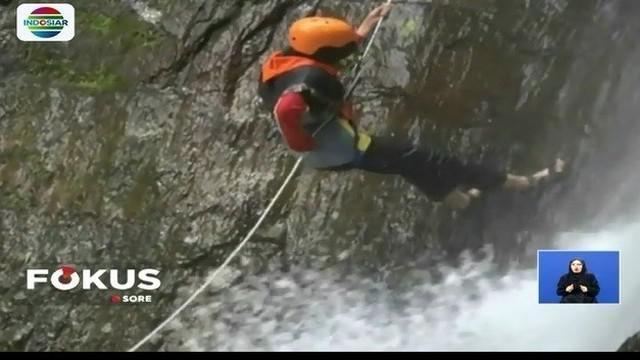 Seperti apa sensasi olahraga ekstrem dengan teknin turun tebing di air terjun yang licin dan basah?