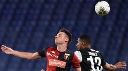 Bek Juventus, Danilo, berebut bola atas dengan pemain Genoa pada laga lanjutan Serie A di Stadion Luigi Ferraris, Rabu (1/7/2020) dini hari WIB. Juventus menang 3-1 atas Genoa. (AFP/Miguel Medina)